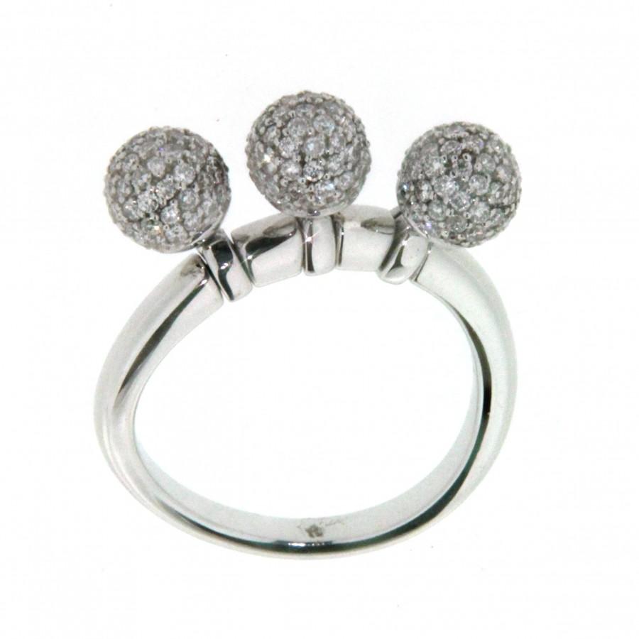 Anello in oro bianco 18 kt, con tre sfere con pavè di diamanti