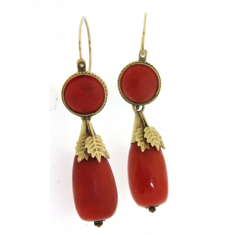 Paio di orecchini in oro 18 kt con corallo, in stile antico. (110)