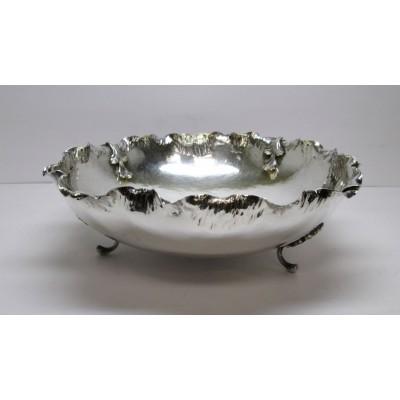 Centrotavola in argento, d'epoca, di forma tonda,  lavorato sul bordo con motivo di foglie