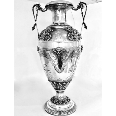 Anfora trofeo in argento 800 d'epoca fatta a mano lavorazione a cesello con riporti in fusione
