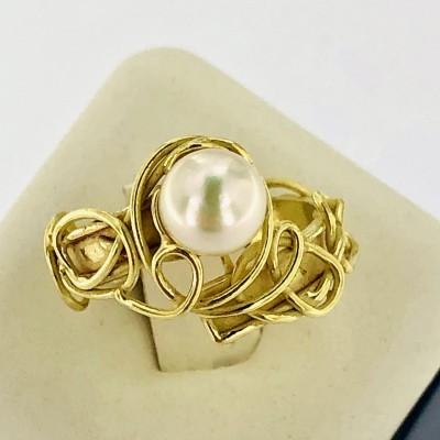 Anello in oro giallo18 kt.con perla Akoya.