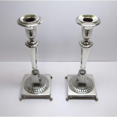 Due candelieri d'epoca anni 30 in argento 800  ad un fuoco a base quadrata con piedi di leone