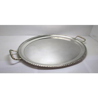 Vassoio in argento, di forma ovale, con bordo e manici lavorati
