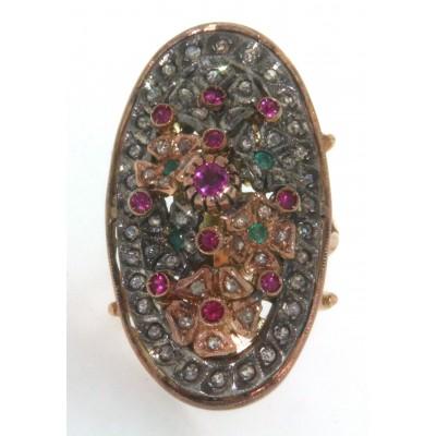 Anello in oro giallo 14 kt e argento, in stile antico, con rubini, smeraldi e diamanti