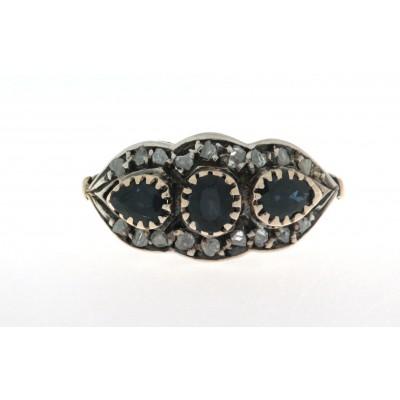 Anello in oro 18 kt e argento in stile antico con zaffiri e diamanti