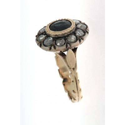Anello in oro 18 kt e argento, in stile antico, con centrale uno zaffiro ovale contornato da diamanti, taglio rosetta