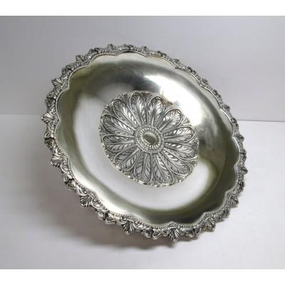 Piatto in argento, d'epoca, anni '50, di forma rotonda, lavorato, con disegni di foglie centrali e nel bordo
