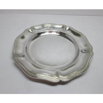 Piatto in argento, d'epoca, di forma rotonda, lavorato ai lati con stemma casato