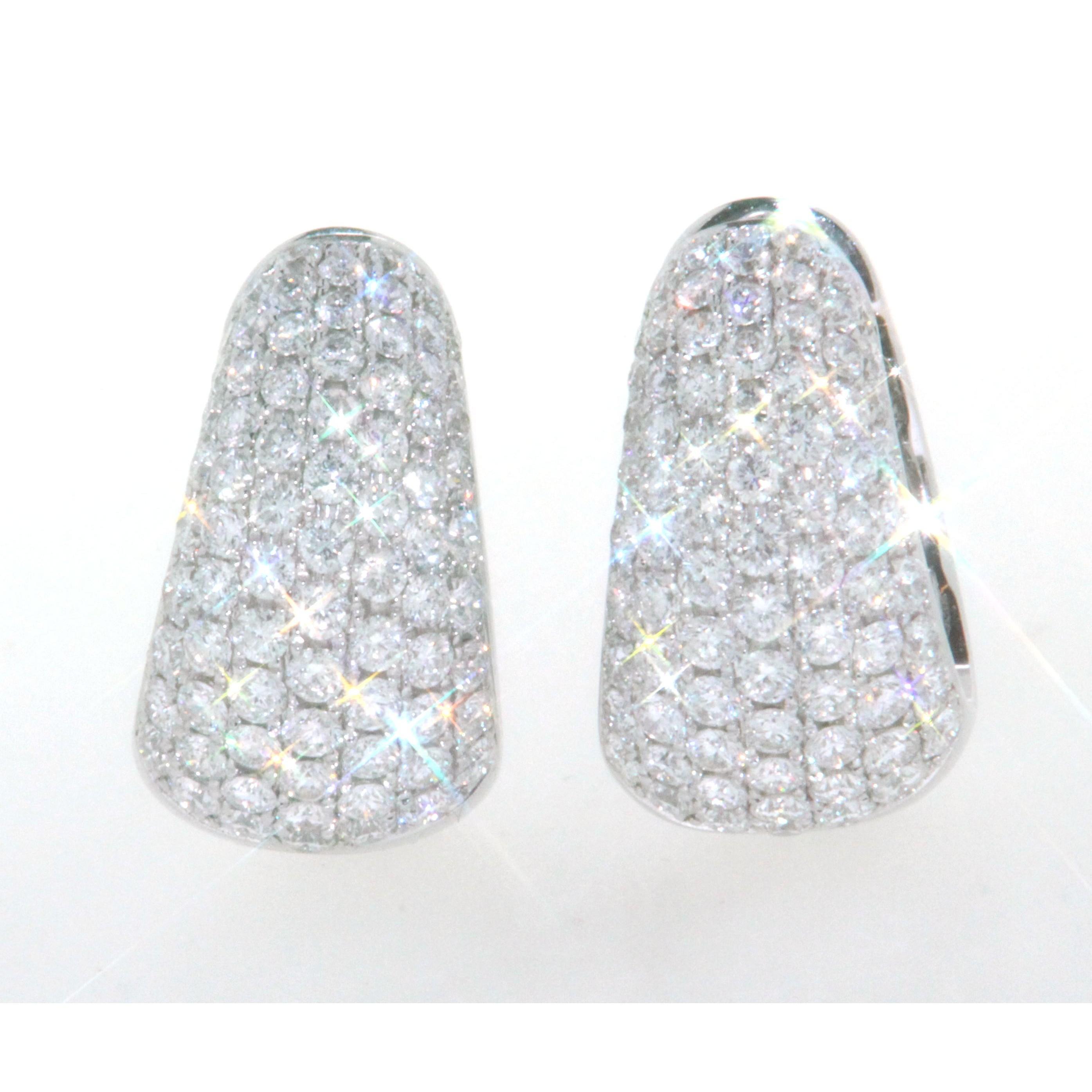 boucles d oreilles cr oles en or blanc 18k avec pavage de diamants taille brillant. Black Bedroom Furniture Sets. Home Design Ideas